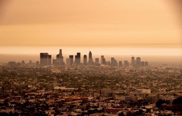 Panorámica del centro de Los Ángeles el pasado jueves, cuando amaneció nublado por el humo de los fuegos.