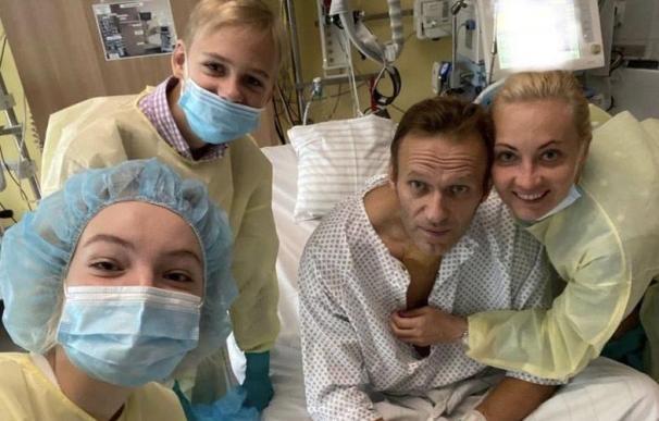 El opositor Navalni publica una foto en redes y dice estar mejor tras el envenenamiento