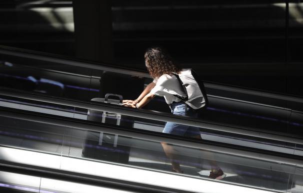 Una pasajera con maleta en la Terminal T4 del aeropuerto Adolfo Suárez Madrid-Barajas, en Madrid.