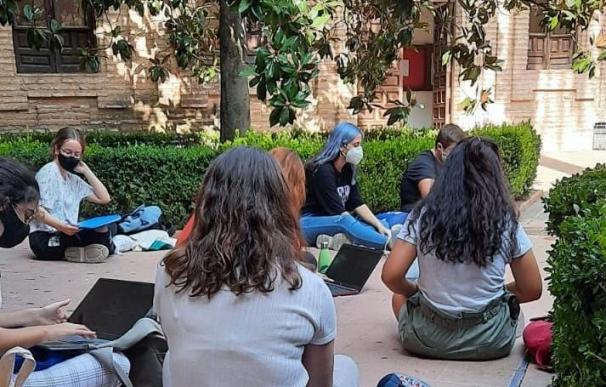 Alumnos dando clase en el patio de la Universidad de Córdoba