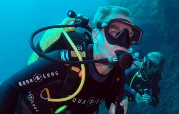 Fernando Simón practicando submarinismo
