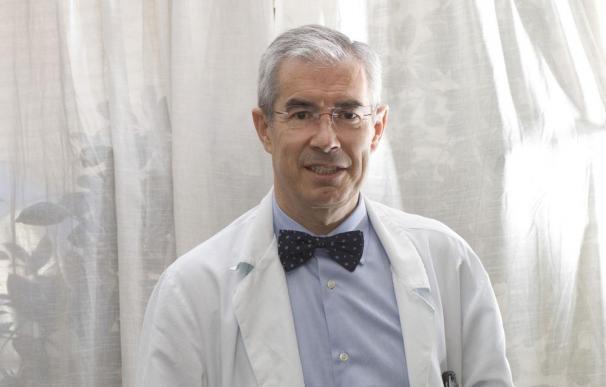 Emilio Bouza, el microbiólogo de la pajarita que tutea a los virus dará la cara por la CAM