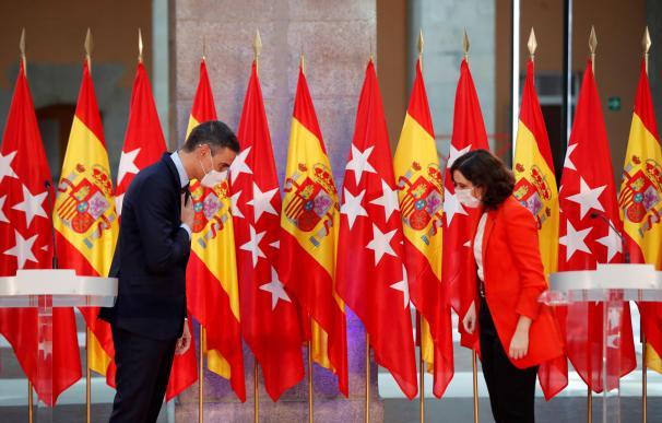 Isabel Díaz Ayuso y Pedro Sánchez se saludan durante su comparecencia conjunta