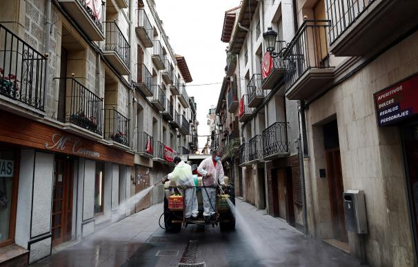 Operarios del Ayuntamiento de Peralta desinfectan las calles de la localidad navarra