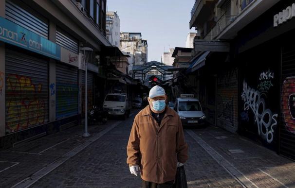 Un hombre con máscara y guantes va a la compra en Tesalónica (Grecia)