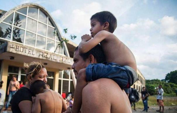 Imagen de archivo con una familia de la primera caravana organizada de migrantes centroamericanos a su llegada a Oaxaca (México) en noviembre de 2018.