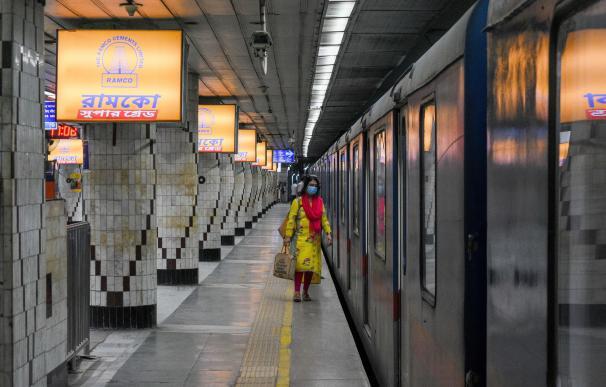Una mujer espera el metro en Kolkata, India, durante un nuevo confinamiento del país.
