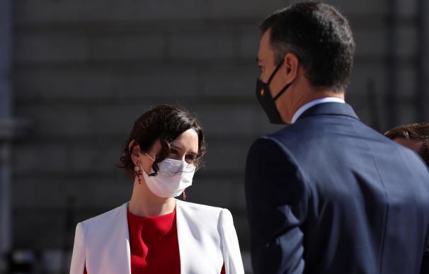 El presidente del Gobierno, Pedro Sánchez, conversa con la presidenta de la Comunidad de Madrid, Isabel Díaz Ayuso