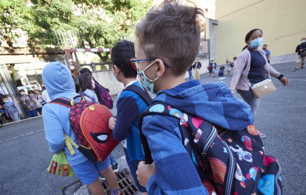 En el primer día de colegio del curso escolar 2020-2021, niños entran al Colegio Público Víctor Pradera en Pamplona.