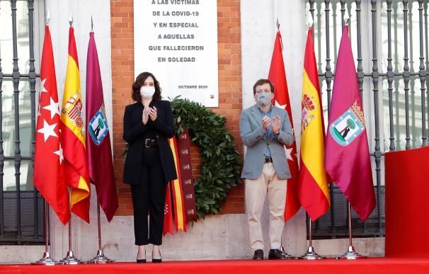 La presidenta regional Isabel Díaz Ayuso y el alcalde de la capital, José Luis Martínez-Almeida, durante el homenaje que la Comunidad de Madrid