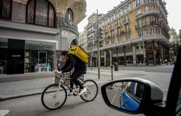 Un rider de Glovo atiende a un pedido durante el tercer día laborable desde que se decretó el estado de alarma.