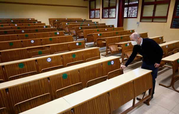 Una clase vacía de la facultad de Ciencias en Granada donde la Junta de Andalucía ha decidido suspender todas las clases presenciales durante diez días para evitar la propagación del coronavirus.