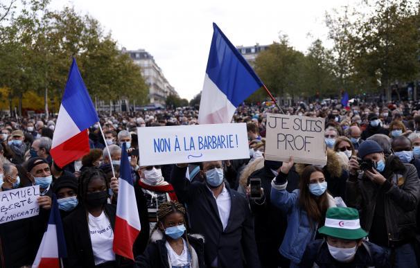 Manifestación en París en protesta por el asesinato de Samuel Paty