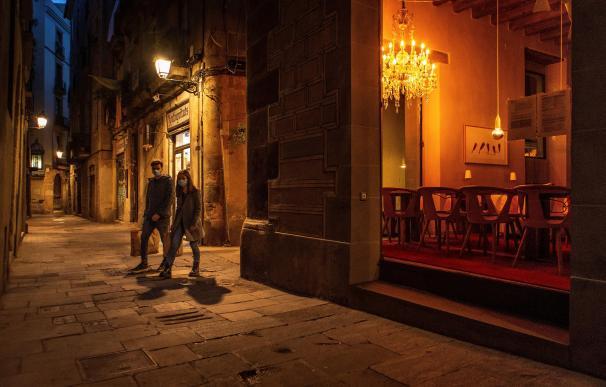 Cataluña noche, tienda mascarillas ciudadanos paseando coronavirus