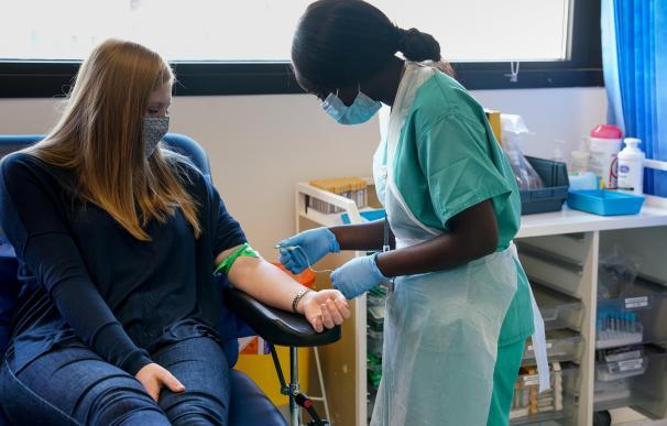 Una voluntaria en un estudio para desarrollar una vacuna más eficaz contra la gripe