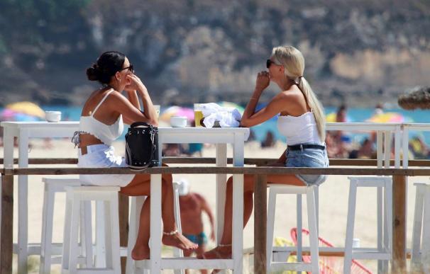 Turistas y vecinos años anteriores en playa de Las Canteras, en Las Palmas de Gran Canarias.