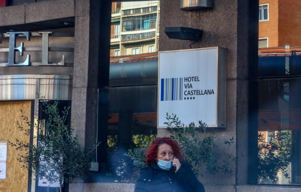 Una mujer camina por las inmediaciones del Hotel Vía Castellana, un local que se está preparando para ser 'medicalizado'.