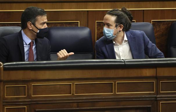 Sánchez e Iglesias cierran los PGE tras un sprint de infarto pero evitan la foto
