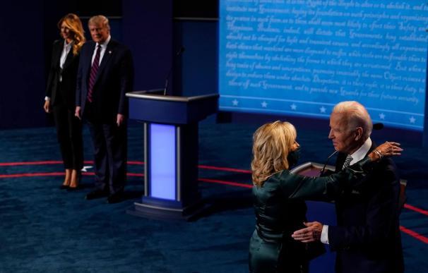 Donald Trump y Joe Biden con sus mujeres