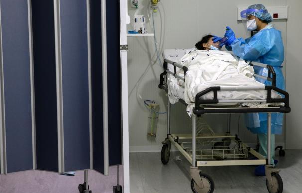 Una enfermera atiende a un paciente en el área de Emergencias de Covid del Hospital Santa Maria en Lisboa