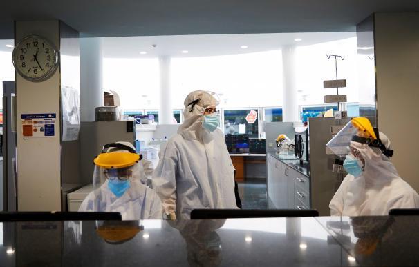 Profesionales sanitarios realizan su trabajo con enfermos de la COVID en la UCI del hospital del Mar de Barcelona.