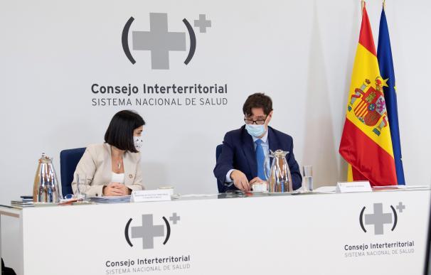 Los ministros de Sanidad, Salvador Illa y de Política Territorial y Función Pública, Carolina Darias durante la reunión del Consejo Interterritorial de Salud