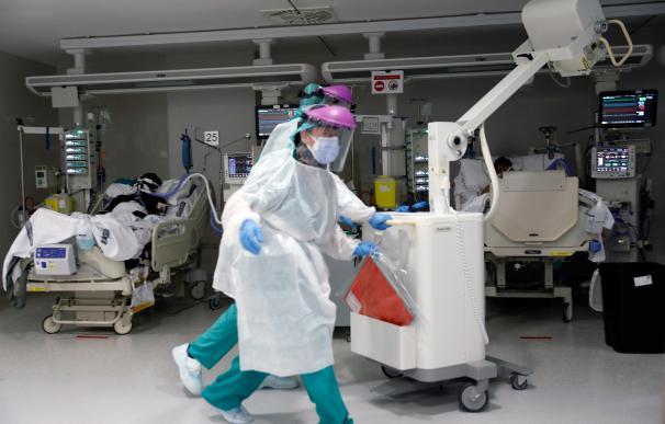 Personal sanitario atienden a un paciente en la Unidad de Cuidados Intensivos del Hospital La Fé de Valencia