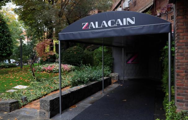 Vista de la entrada del restaurante Zalacaín, el primer restaurante de España en conseguir tres estrellas Michelín, este jueves, tras anunciar su cierre.