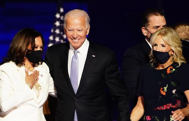 Joe Biden, su esposa Jill Biden y Kamala Harris.