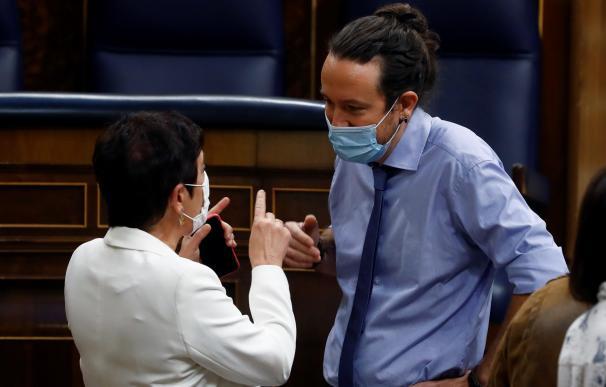 El vicepresidente segundo del Gobierno, Pablo Iglesias (d) conversa con la portavoz en el Congreso de EH Bildu, Mertxe Aizpurua