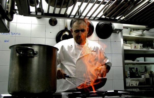 El chef Abraham García, en la cocina de su restaurante Viridiana.