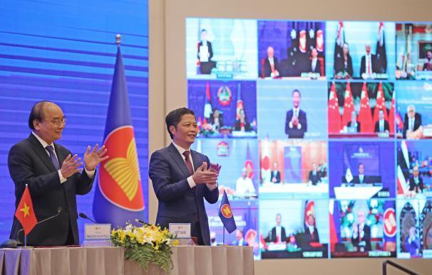 El primer ministro de Vietnam, Nguyen Xuan Phuc (a la izquierda) tras la firma del acuerdo.