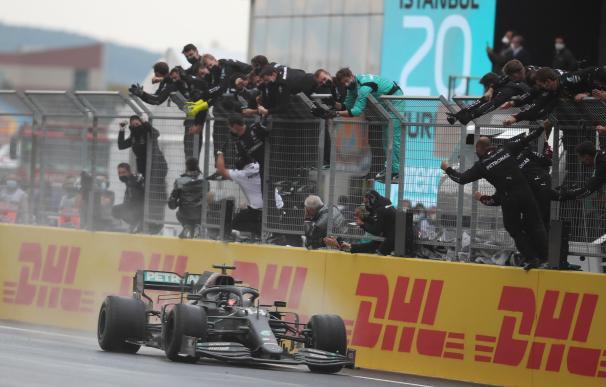Hamilton remontó desde la sexta plaza en una carrera loca para ganar su 94 gran premio.