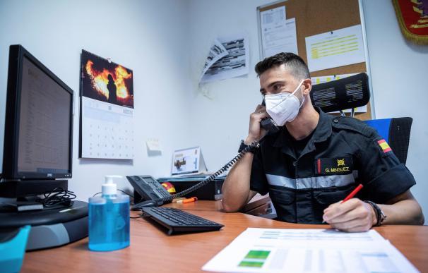 Un miembro de la UME realiza labores de rastreo de posibles contagios de covid-19, en la base aérea de Torrejón en Madrid
