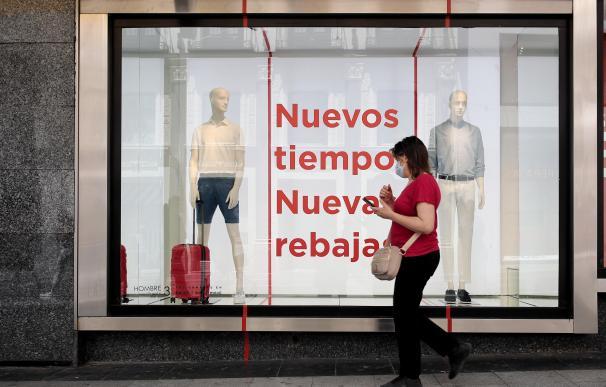 Una mujer pasa junto a un escaparate de la tienda de El Corte Inglés en Preciados, Madrid (España). El Corte Inglés ha adelantado a este jueves el inicio de la campaña de rebajas, que durará desde hoy hasta el 31 de agosto, con una con descuentos de hasta un 50% en más de 20.000 firmas, según ha informado la compañía en un comunicado. 25 JUNIO 2020 TIENDAS;MODA;REBAJA;DESCUENTO Eduardo Parra / Europa Press (Foto de ARCHIVO) 25/6/2020