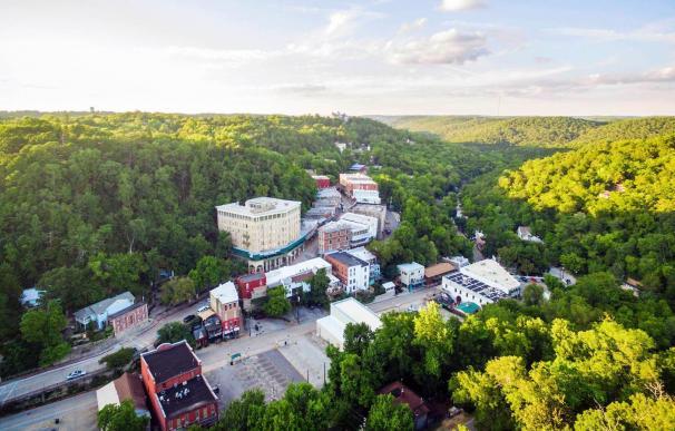 La ciudad de Eureka Springs en Arkansas, que paga 8.400 euros a quien se mude allí.
