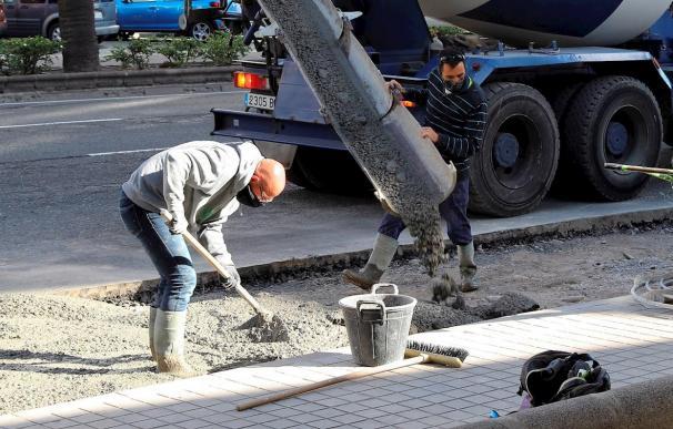 Unos trabajadores echan cemento en un una obra en Las Palmas de Gran Canaria.