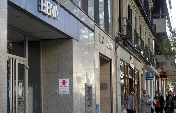 Imagen de una oficina del BBVA junto a una del Sabadell en la calle Génova de Madrid.