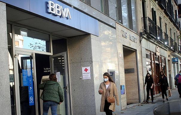 Una oficina de BBVA y otra de Banco Sabadell en la calle Génova de Madrid.