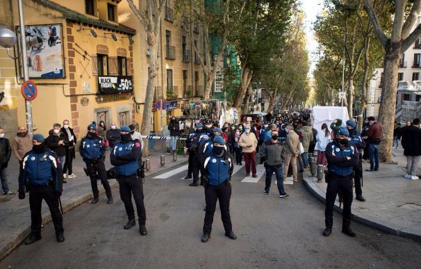 Numerosa presencia policial durante la reapertura del Rastro en Madrid este domingo.