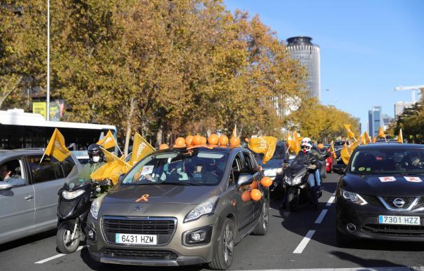 Vista de la manifestación con vehículos contra la Ley de Educación (LOMLOE), denominada también 'Ley Celaá'