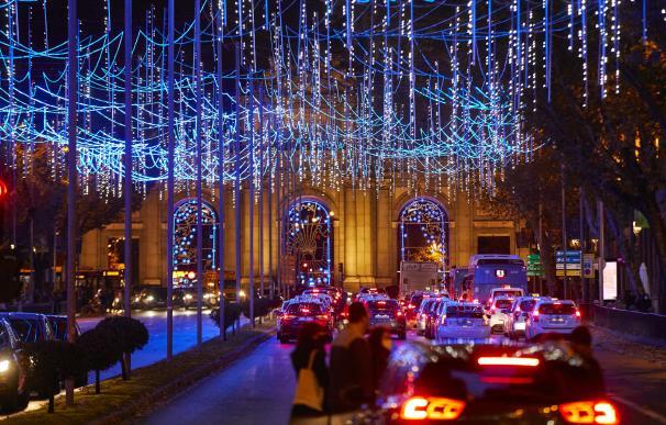 Iluminación callejera encendida en la capital para la Navidad 2020-2021