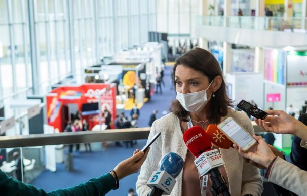 La ministra de Industria y Turismo, Reyes Maroto, atiende a los medios.