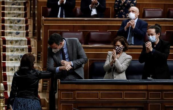 El presidente del Gobierno, Pedro Sánchez, junto a Adriana Lastra y Carmen Calvo