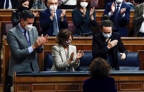 Pedro Sánchez, Carmen Calvo y Pablo Iglesias, aplauden a María Jesús Montero tras la aprobación de los PGE 2021