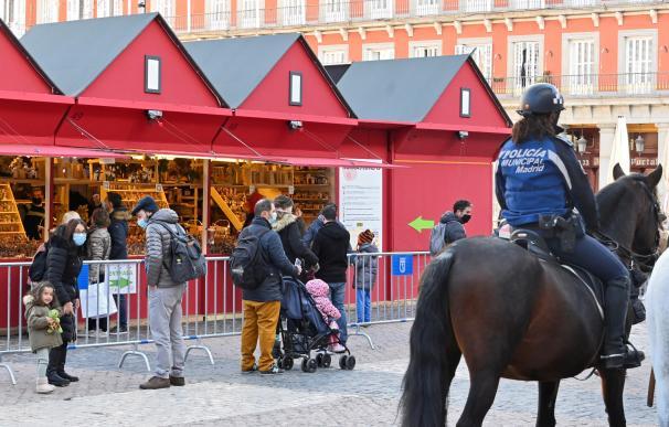 Tradicional mercadillo navideño de la Plaza Mayor de Madrid, este sábado.