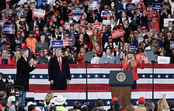 Donald Trump participó en un mitin con miles de personas y sin medidas de seguridad.