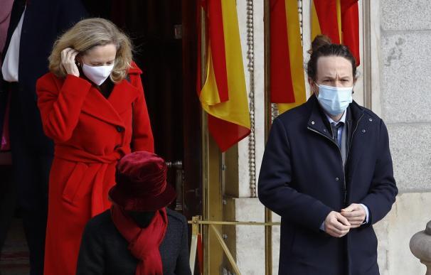 El vicepresidente segundo del Gobierno, Pablo Iglesias (d), y la ministra de Economía, Nadia Calviño