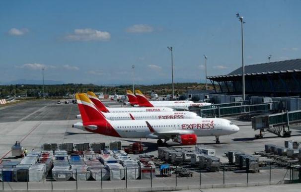 Aviones de Iberia estacionados en la T-4 de Madrid