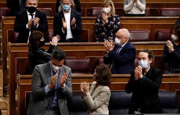 Miembros del Gobierno de coalición de PSOE y Unidas Podemos, junto a algunos de sus diputados, en el Congreso